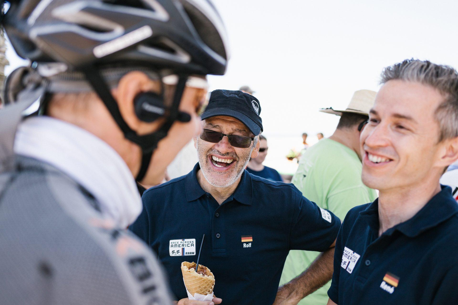 Guido Löhr im Gespräch mit zwei Fahrern, die das Race Across America als 4er Team bestreiten wollen.