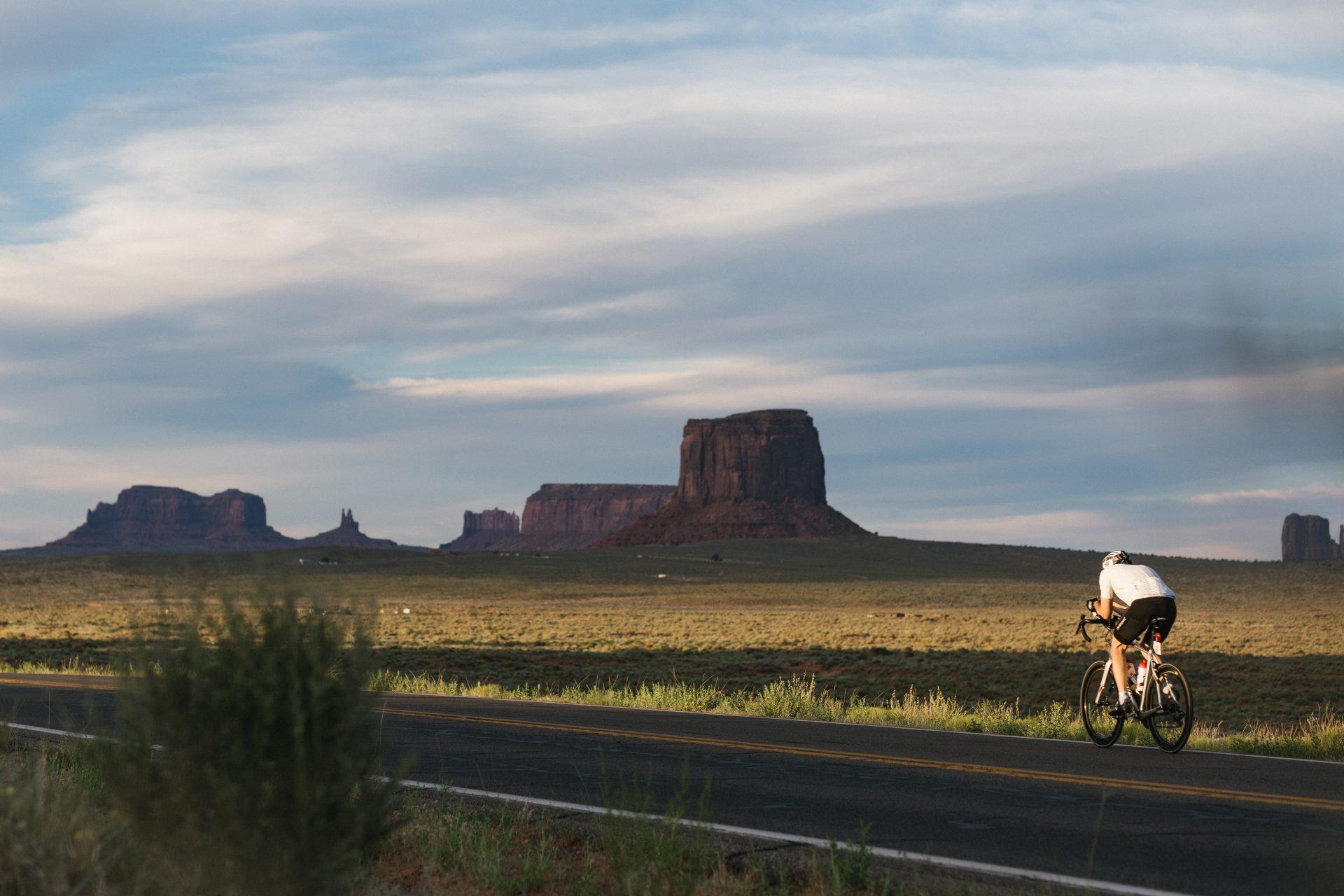Guido Löhr durchfährt das Monument Valley beim Race Across America 2017.